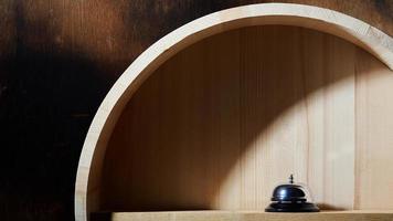 sino de serviço em prateleira de madeira