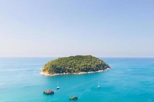 pequena ilha perto de phuket foto