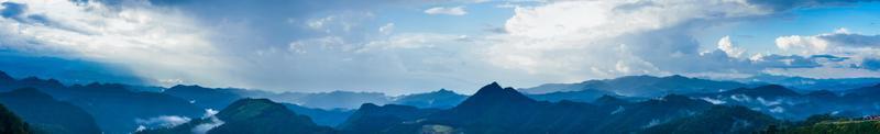 montanha, floresta e céu foto