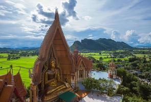 Templo da Caverna do Tigre na Tailândia foto