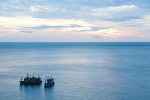 barcos de pesca no mar foto