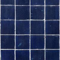azulejos quadrados azuis sujos foto