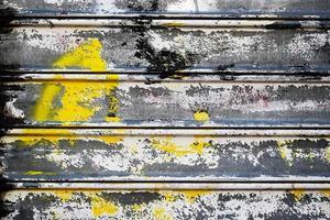 detalhe de porta de enrolar de metal pintado com spray colorido foto