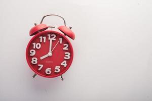 despertador vermelho isolado em um fundo branco foto