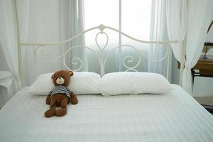 urso de pelúcia fofo em um quarto branco