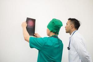 médico segurando uma radiografia de tórax de um paciente no hospital