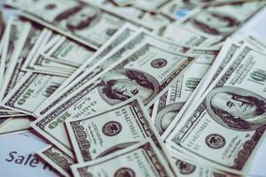 pilha de dólares, fundo de dinheiro. foto