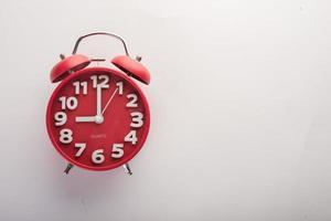 despertador vermelho isolado no fundo branco foto