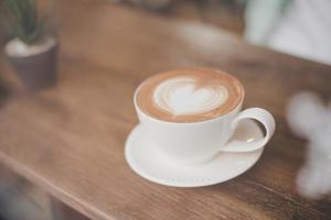 Café com leite quente art com formato de coração