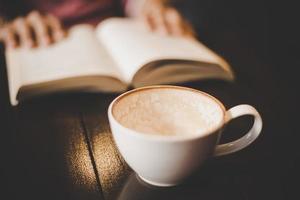 uma xícara de café em um café com filtro vintage foto