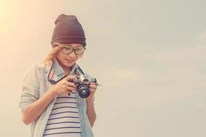 jovem fotógrafa olhando uma foto da câmera