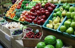 frutas nas prateleiras