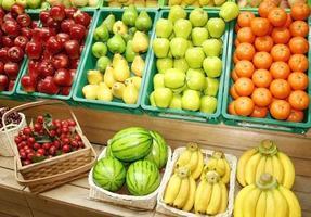 frutas coloridas em carrinhos foto