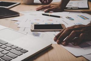 close-up de empresário trabalhando com diagrama de estratégia de negócios foto