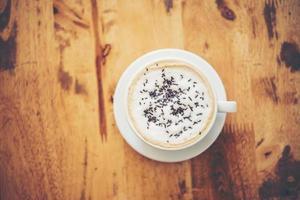 uma xícara de café na mesa de madeira no café foto