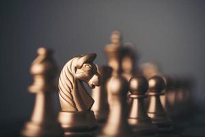 peças de xadrez de ouro em um tabuleiro de xadrez foto