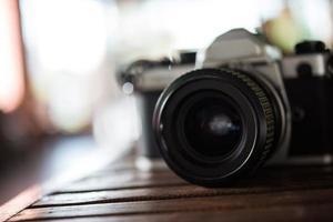 câmera de filme vintage em mesa de madeira foto