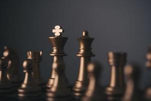 rei e cavaleiro configuração de xadrez em fundo escuro
