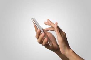 mão de uma mulher segurando uma tela em branco do telefone inteligente foto