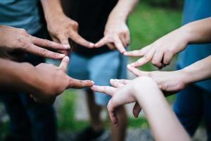 amigos fazem formato de estrela juntos com os dedos