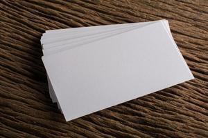 cartão de visita branco em branco sobre fundo de madeira