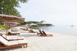 espreguiçadeiras na praia na tailândia foto