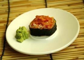 rolo de sushi fresco em um prato foto