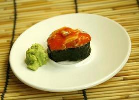 prato de sushi em bambu foto