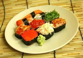 rolos de sushi em um prato foto