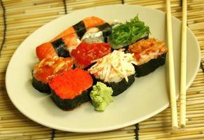 rolos de sushi e pauzinhos foto