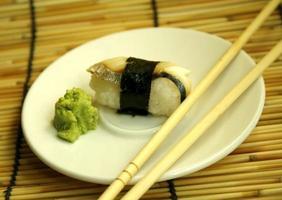 sushi e pauzinhos foto