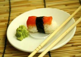 prato de sashimi em bambu foto