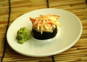 prato de sushi e wasabi foto