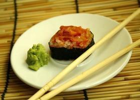 rolo de sushi e pauzinhos foto