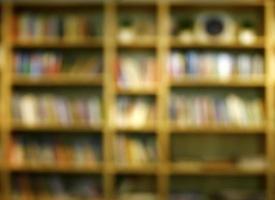 estante de livros embaçada
