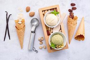 vários sabores de sorvete em tigelas