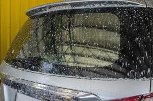 carro prateado sendo lavado