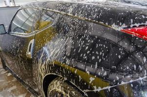carro preto sendo lavado