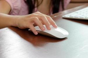 mão de criança em um mouse de computador