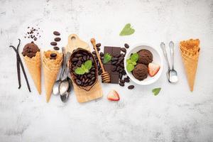 sabores de sorvete de chocolate em tigela com chocolate amargo