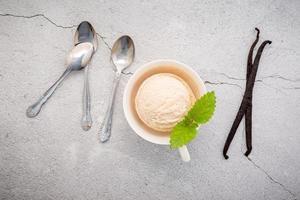 sorvete de baunilha com colheres e enfeites foto