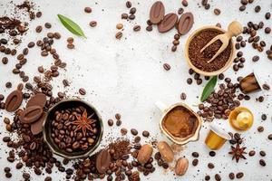 grãos de café torrados com colher foto