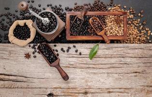 grãos de café torrados com colher com moedor manual