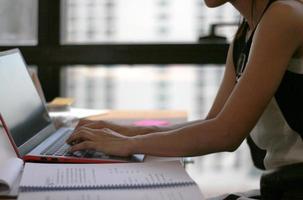mulher trabalhando em laptop no escritório
