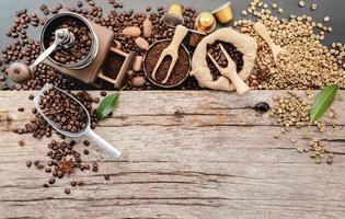 grãos de café torrados com colher