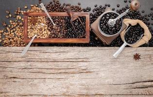 vários tipos de grãos de café torrados em caixa de madeira com moedor de café manual