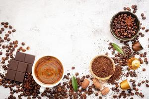 fundo de vários cafés, grãos de café torrados escuros