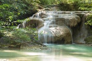 pequena cachoeira na floresta foto