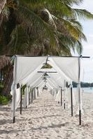 tendas brancas na praia na tailândia