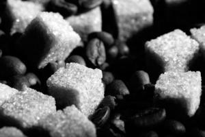 açúcar preto e branco e café foto